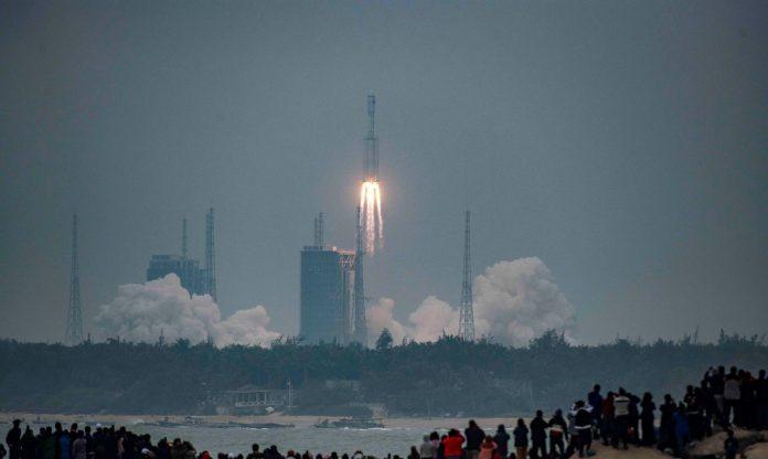 Foguete chinês pode causar algum, estrago em sua reentrada na atmosfera (Foto: Reuters)