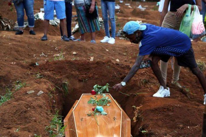 Parentes enterram seus mortos nos cemitérios brasileiros (Foto: REUTERS)