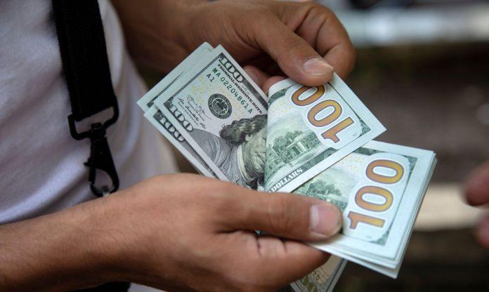 A moeda norte-americana operou com queda (Foto: Nazani Tabatabee/Reuters)