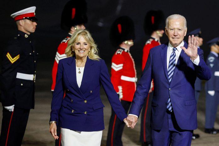O presidente dos Estados Unidos, Joe Biden, e a primeira-dama Jill Biden reagem à chegada ao Aeroporto de Cornwall Newquay, perto de Newquay (Foto: REUTERS/Phil Noble/Pool)