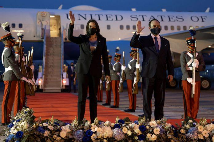 A vice-presidente dos Estados Unidos, Kamala Harris, e o ministro das Relações Exteriores da Guatemala, Pedro Brolo, acenam ao chegarem ao Comando Central da Força Aérea da Guatemala (Foto: REUTERS/Carlos Barria)