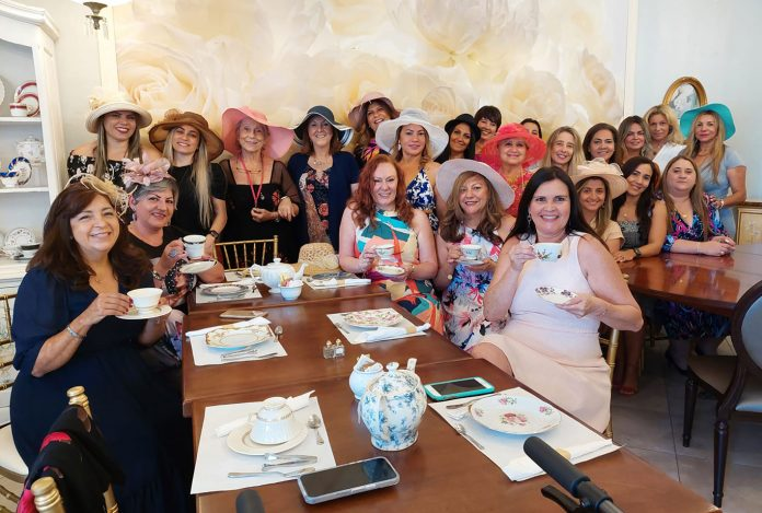 Claudia Bueno recebe amigas para uma tarde de chá