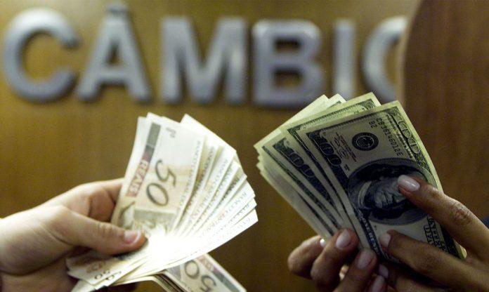 Dólar cai a menor nível desde 14 de julho (Foto: Reuters/Bruno Domingos)