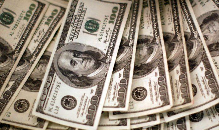 Dólar é uma moeda que serve como parâmetro mundial e flutua de acordo com uma série de fatores (Foto: REUTERS)