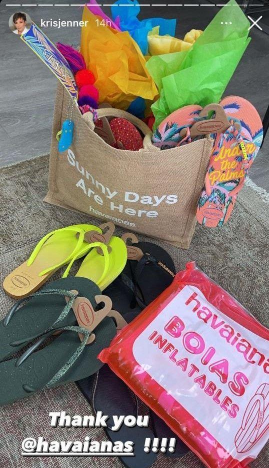 Kris Jenner post on Instagram em agradecimento a marca Havaianas (Foto: Instagram)