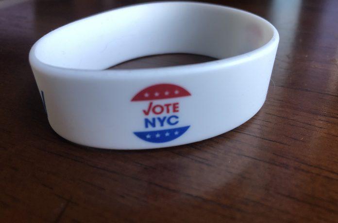 Bracelete dado ao eleitor no posto de votação em NY (Foto: Sandra Colicino)