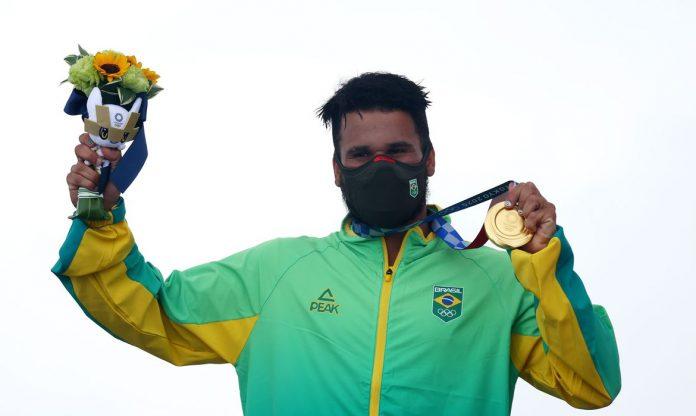 Ítalo derrotou o japonês Kanoa Igarashi nesta terça-feira (27), em evento transmitido no mundo todo, para se tornar o primeiro campeão olímpico do surfe (Foto: Reuters/Lisi Niesner)