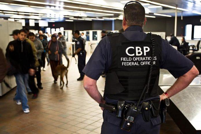 No trailer havia imigrantes originários do México, El Salvador e Honduras (Foto: CBP)