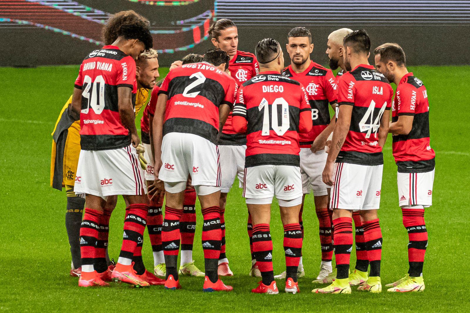 Jogadores do Flamengo se reúnem no gramado para traçar estratégia que resultou em goleada (Foto: Alexandre Vidal/CRF)