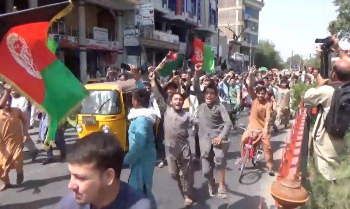 População saiu às ruas para protestar contra o Taliban e enfrentaram reação do Taliban (Foto: Afghan News/Divulgação Reuters)