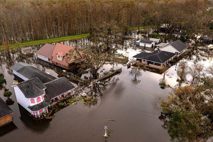 Kraemer, Louisiana, permanece inundada em 30 de agosto de 2021, após vários metros de água passarem pelo topo do sistema de diques protegendo o trecho de 7 milhas de casas durante o furacão Ida (Foto: USA Today Network/REUTERS)
