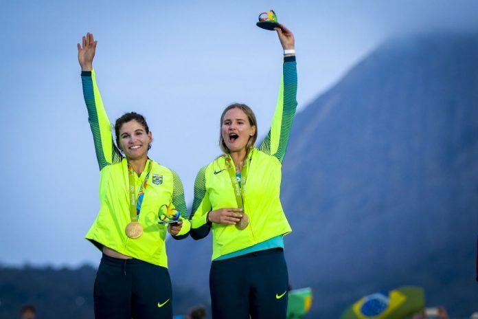 Martine Grael e Kahena Kunze se tornaram bicampeãs olímpicas, pois haviam conquistado a medalha de ouro na classe 49er FX (Foto: Fernando Frazão/Agência Brasil)