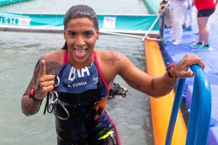 Ana Marcela superou adversárias bem qualificadas para chegar em primeiro na baía de Tóquio (Foto: openwaters.com)