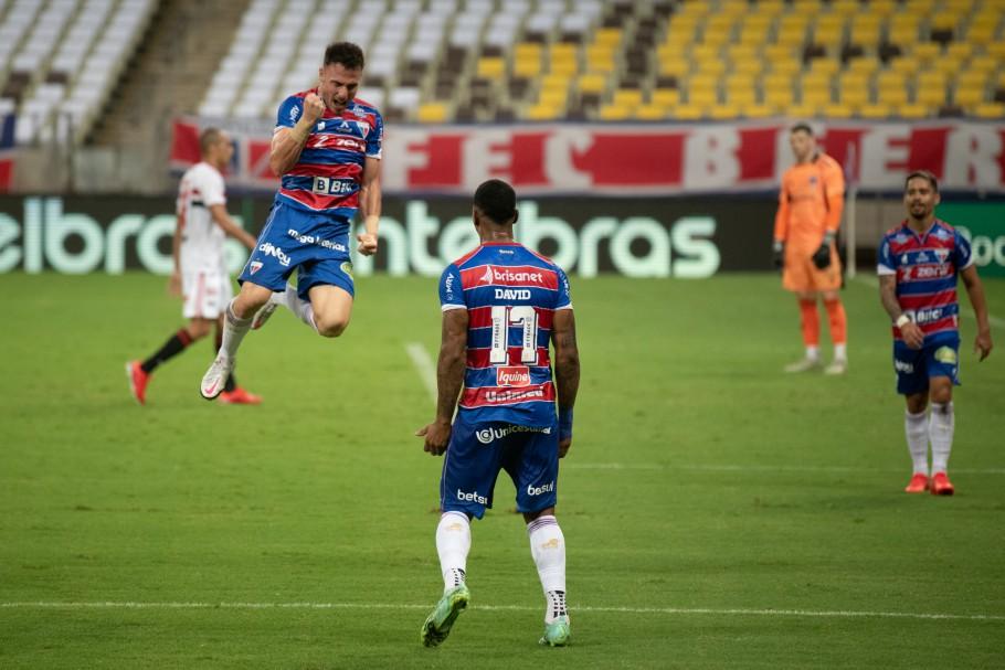 O chileno Henríquez comemora seu gol - o segundo do Fortaleza na vitória de 3 a 1 sobre o São Paulo (Foto: Kely Pereira/AGIF)