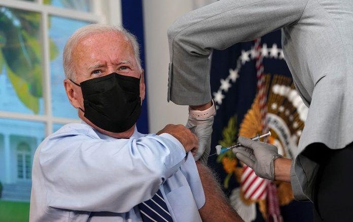 O presidente Joe Biden, recebe sua vacina de reforço contra a doença coronavírus (COVID-19) (Foto: REUTERS/Kevin Lamarque)