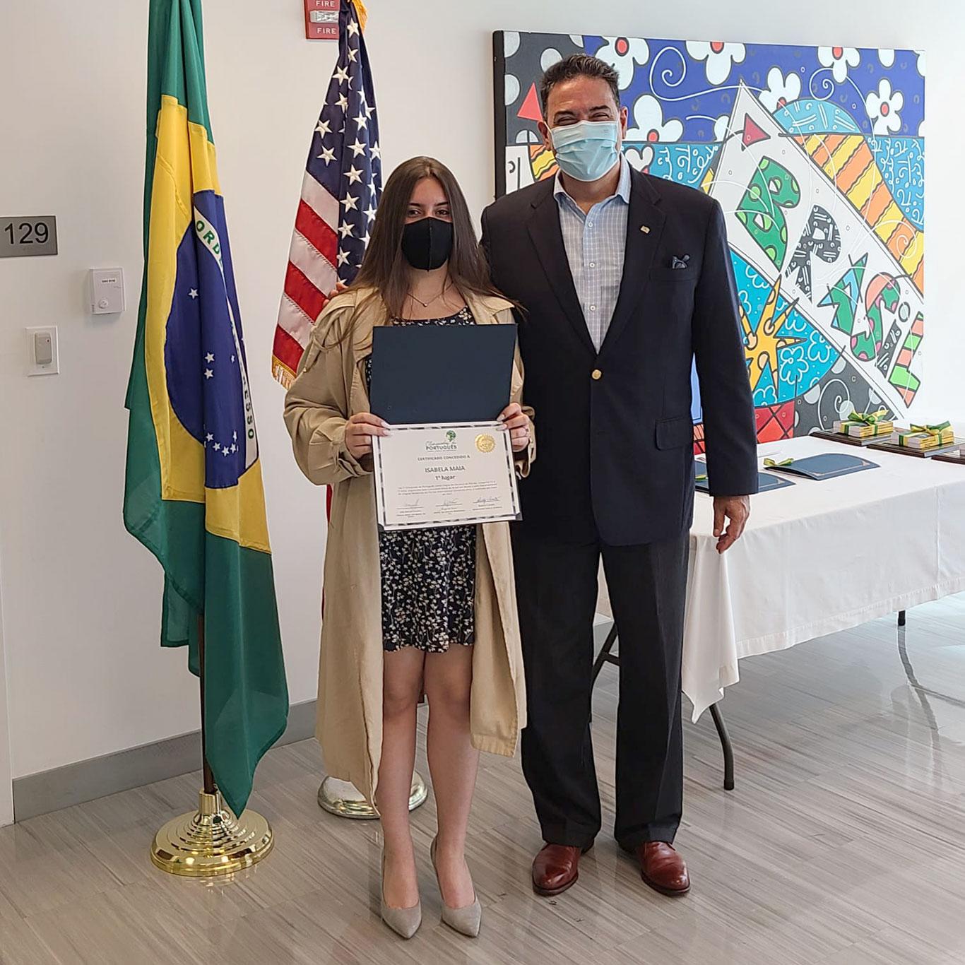 Isabela Maia, ganhadora na categoria de 13 a 15 anos, com o Cônsul-Geral do Brasil em Miami, João Mendes