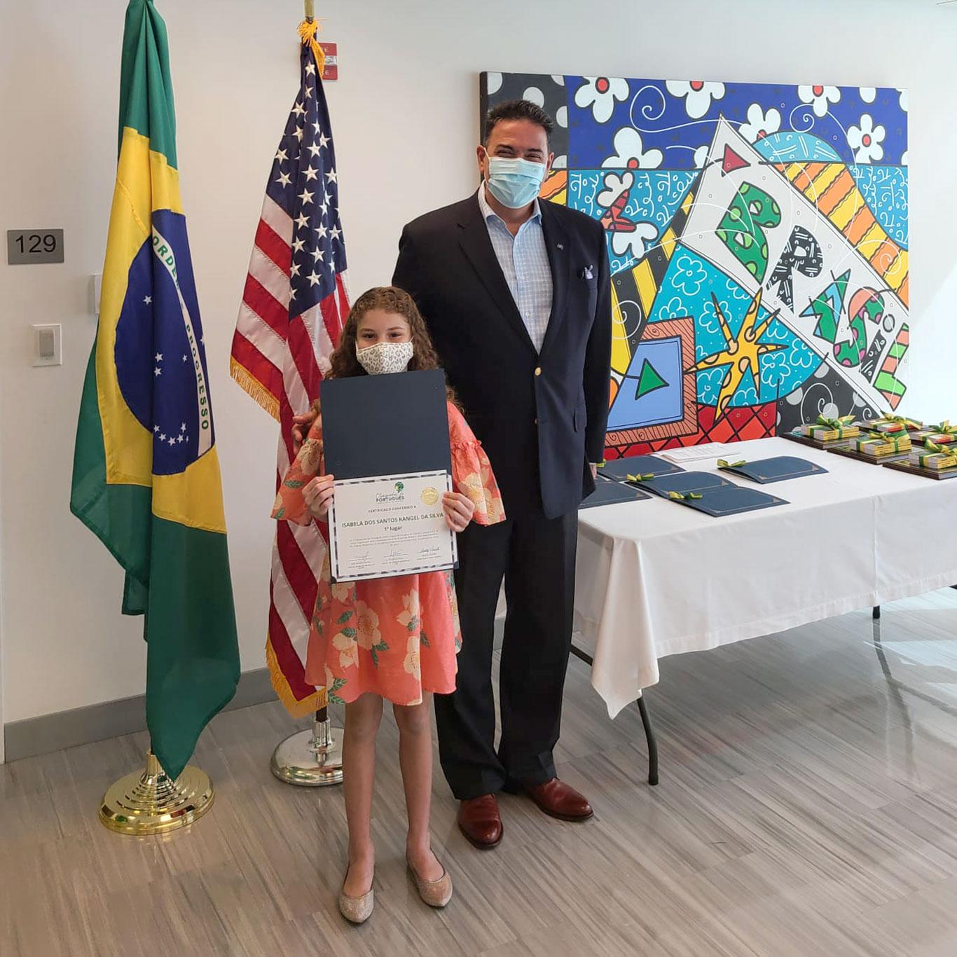 Isabela dos Santos Rangel da Silva, ganhadora na categoria de 9 a 12 anos, com o Cônsul-Geral do Brasil em Miami, João Mendes