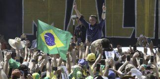 Jair Bolsonaro exalta apoiadores (Foto: Agência Brasil)