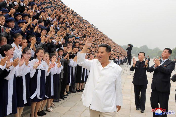 O ditador norte-coreano, Kim Jong-un, saúde o público nas celebrações do Dia da Juventude. Foto sem data fornecida pelo governo da Coreia do Norte em 31 de agosto de 2021 (Foto: KCNA via AP)
