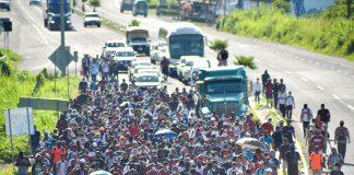 Migrantes e requerentes de asilo da América Central e do Caribe caminham em uma caravana com destino aos EUA, em Tapachula, estado de Chiapas, México (Foto: REUTERS/Jacob Garcia)