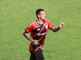 O zagueiro Zé Ivaldo fez o gol da vitória do Furacão sobre o Santos (Foto: Fernanda Luz/AGIF)