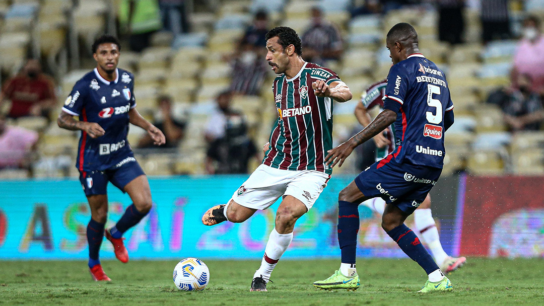 Fred protagonizou uma cena bizarra ao tentar levantar um jogador do Fortaleza (Foto: Fluminense)