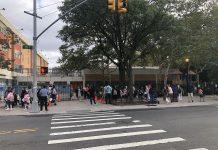 Pais de alunos trazendo-os para escola de ensino fundamental no Queens (Foto: Sandra Colicino)